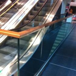 31. Balustrada geam cu mana curenta din lemn
