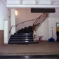 07. Balustrada din inox si alama in spirala cu prindere laterala si cu elemente decorative tip sfera