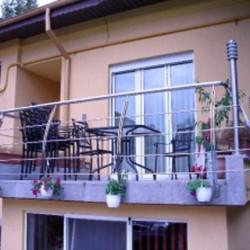 16. Balustrada inox pentru balcon cu prindere laterala si montanti curbi din tabla