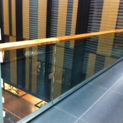 32. Balustrada geam cu mana curenta din lemn